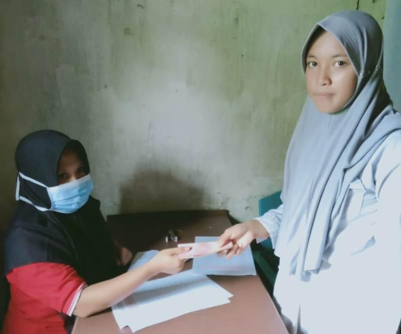 Puluhan Anak Sidoan Barat Dapat Beasiswa Dana Desa